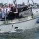 Schiff mit Menschen die Aal aussetzen